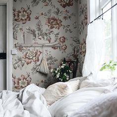 Wallpaper Kajsa sky blue dresses this room in a soft blue base decorated with large pink flowers. Bedroom Inspo, Bedroom Wall, Bedroom Decor, Bedroom Ideas, Bedroom Shelves, Bedroom Quotes, Bedroom Signs, Master Bedroom, Inspirational Wallpapers