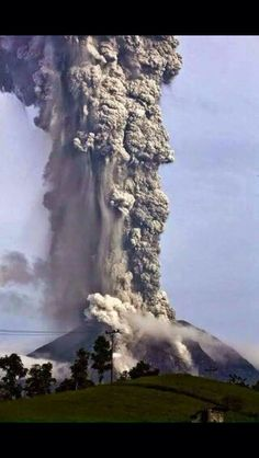 Indonesia's Mount Sinabung volcano erupts with giant ash cloud. The volcano has been spewing ash and lava miles into the sky. Natural Phenomena, Natural Disasters, Sinabung Volcano, Volcan Eruption, Beautiful World, Beautiful Places, Fuerza Natural, Dame Nature, Nature Nature