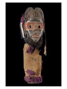 Typiquement un objet rituel ayant eu son usage, un masque poteau, monoxyle, utilisé comme gardien de case. L'ensemble est monoxyle, cousu dans des tissus ornés. Le masque est celui d'un masque pompier, laissant à penser que l'ensemble protègerait des feux domestiques...