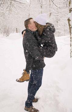 Winter snow wedding proposal idea.  Engagement photo idea!