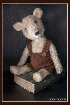 Antique primitive style teddy bear by Karin Jehle of Lovable Fellows.