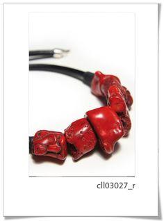 Collar Cll03027 R  Espectacular collar, realizado con cordón de cuero ancho, y piedras de polvo de coral.     Diseño elegante, con colores muy vivos.     Recomendamos este modelo por su diseño y calidad.
