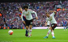 Manchester United responded to Palace's opening goal within minutes with Juan Mata netting the equaliser after Fellaini's lay-off