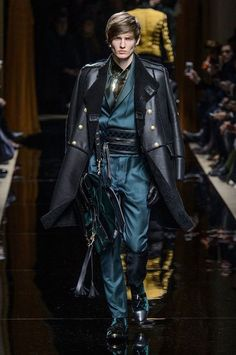 Oliver Rousteing's Balmain is as much about the clothes as it is about the presentation. Beginning with models, Balmain's fall-winter 2016 men's show was opened… Fashion Week, High Fashion, Winter Fashion, Fashion Show, Fashion Outfits, Fashion Design, Fashion Trends, Paris Fashion, Fashionable Outfits