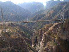 ¿Te atreverías a atravesar por este pequeño puente entremedio de estas inmensas montañas? Se trata del #Baluarte en #Durango, #Mexico.