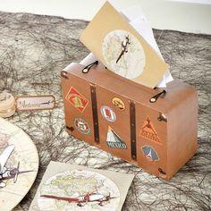 Urne en forme de valise.Cette urne est idéal pour un mariage sur le thème du voyage.Une urne original où vos convives pourront contribuer à votre voyage de noces.