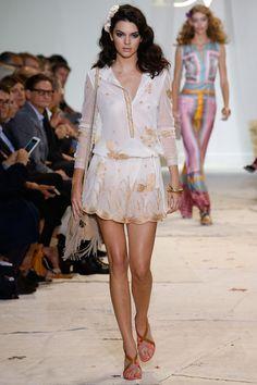 Kendall Jenner  Le défilé Diane von Furstenberg printemps-été 2016 http://www.vogue.fr/mode/mannequins/diaporama/kendall-jenner-meilleurs-looks-de-dfil-fashion-week-chanel-givenchy-balmain/22675#kendall-jenner-le-dfil-diane-von-furstenberg-printemps-t-2016