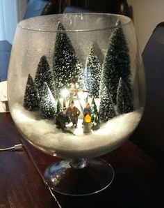 A miniature Christmas scene to decorate your home!- A miniature Christmas scene to decorate your home! let yourself be inspired Christmas Lanterns, Christmas Jars, Miniature Christmas, Christmas Centerpieces, Xmas Decorations, Winter Christmas, Vintage Christmas, Christmas Holidays, Christmas Globes