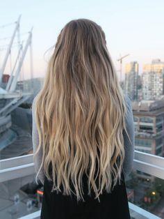 primo-passo-capelli-lunghi-biondi-mossi-trecce -attaccate-alla-testa-vista-città 2d27ee1a99d8