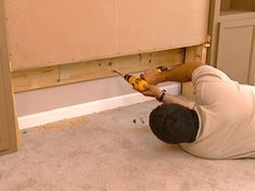 how to make a murphy pull out bed. I want one of these for the craft room to double as guest room. Build A Murphy Bed, Murphy Bed Ikea, Murphy Bed Plans, Murphy Desk, Camas Murphy, Do It Yourself Camper, Hideaway Bed, Modern Murphy Beds, Pull Out Bed