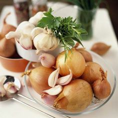 Cibule a česnek -   Allicin - tato chemická látka je obsažena jak v cibuli, tak v česneku. Allicin je zodpovědný za charakteristické štiplavé aroma. Je sice toxický, ale pro lidský organismus má řadu pozitivních účinků. Ničí téměř všechny mikroorganismy, snižuje cholesterol, krevní tlak, působí v prevenci proti arterioskleróze a posiluje imunitní systém. Nordic Interior, Potato Salad, Onion, Detox, Garlic, The Cure, Korn, Spices, Herbs