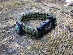 Paracord sind die Schnürre, die im Bereich Bushcraft sehr häufig verwendet werden. Als Armband geflechtet können beispielsweise ein Kompass oder ein FireSteel mit eingearbeitet werden. Sollte man unterwegs eine Schnurr benötigen, kann das Armband einfach wieder geöffnet werden.  #paracord #bushcraft #bushcraftartikel.de Bushcraft, Paracord, Survival, Bracelets, Outdoor, Men, Jewelry, Compass, Wristlets