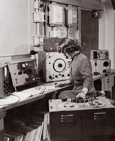 BBC Radiophonic Workshop: Daphne Oram - One of the pioneers of electronic music. Foley Sound, Mood, Recording Studio, Electronic Music, Music Stuff, Retro, Workshop, History, Computers