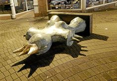 <p>Opfer einer unsinnigen Randale: Die Skulptur auf dem Eisenmarkt wurde mutwillig umgeworfen. Eine Tat, die die Kraft mehrerer Täter in Anspruch genommen haben dürfte.  (Foto: J. Groß)</p>