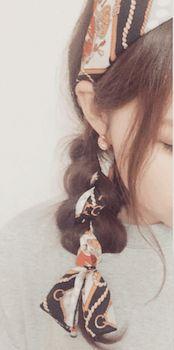 カチューシャフィッシュボーンのスカーフのヘアアレンジ