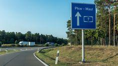 """War im politischen Diskurs von """"Autobahnmaut"""" die Rede, so wurde im Jahr 2015 insbesondere die Einführung einer Pkw-Maut auf deutschen Straßen diskutiert. Die Infrastrukturabgabe – oder Maut – bezeichnet allgemein eine Gebühr, welche anfällt, wenn mit einem Fahrzeug Infrastruktur (z.B. Autobahnen, Bundesstraßen, Tunnel, …) genutzt wird."""