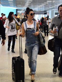 PHOTOS - Isis Valverde embarca com uma mala pequena