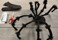 Keep on scrolling for our tutorial on how to make your own DIY spider dog costume: Pugs In Costume, Cute Dog Costumes, Costume Ideas, Halloween Costumes For Dogs, Spider Halloween Costume, Spider Costume For Dogs, Tutorial Fantasia, Pet Spider, Giant Spider