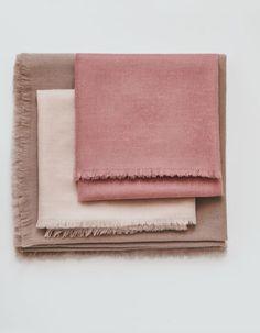 herfst en winter fashion mode accessoires kasjmier sjaals in roze tinten dustyrosecolor Pink Comforter, Winter Wedding Colors, Dusty Rose Color, Dusty Pink, Flat Lay Photography, Photography Ideas, Colour Pallete, Color Palettes, Tejidos
