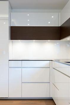 Hochfaltschrank Weiß Mit Eiche: Moderne Küche Von Klocke Möbelwerkstätte  GmbH