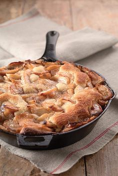 Apple Skillet Cake : King Arthur Flour ~ this is a really moist, easy and delicious apple cake! Cast Iron Skillet Cooking, Iron Skillet Recipes, Cast Iron Recipes, Skillet Meals, Cast Iron Skillet Dessert Recipe, Skillet Food, Apple Cake Recipes, Dessert Recipes, Fruit Dessert