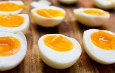 The 3 Week Diet - Ce régime à base d'œufs vous fera perdre 11 kilos en seulement 2 semaines ! - A foolproof, science-based diet.Designed to melt away several pounds of stubborn body fat in just 21 libras en 21 días! Carb Cycling Diet, 3 Week Diet, High Carb Foods, Boiled Egg Diet, Boiled Eggs, Hard Boiled, Dieta Detox, Fat Loss Diet, Stop Eating