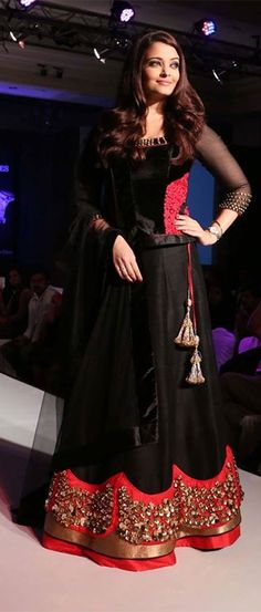 Aishwarya Rai in a black & red French crepe lehenga at a Longines event. Indian Wedding Outfits, Pakistani Outfits, Indian Outfits, Simple Lehnga Choli, Indian Attire, Indian Wear, Black Lehenga, Desi Wear, Aishwarya Rai
