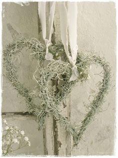 lilleweiss: Kränze... Herzen mit Silberdraht (Pflanze) gebunden <3