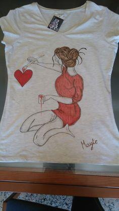 Mujer creativa, camiseta pintada a mano.  Personalizada