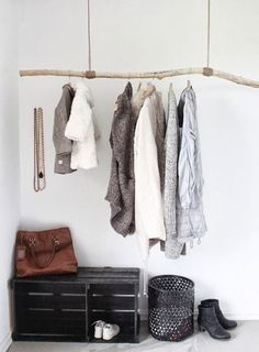 Detail hanger /detalhe cabide - DIY idea for an entryway - driftwood hung from rope and a painted wooden crate.