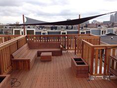 Dakterras met loungehoek, zonnezeil en op maat gemaakte plantenbakken. Rooftop Decor, Rooftop Design, Rooftop Terrace, Outdoor Decor, Roof Deck, Creative Decor, Terrazzo, Outdoor Living, House Plans