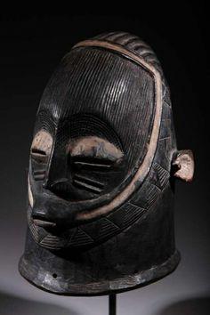 Nigeria : Masque Igala Masque Igala du Nigeria. Pièce originale de plus de 40 ans. Pièce sur socle.