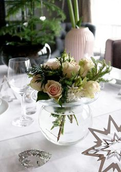 Marry Christmas! Christmas table setting. White, pink, green, silver. http://anettewillemine.com
