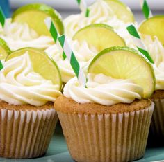 Gin and tonic cupcakes are the perfect boozy treat Gin Tonic Cupcakes sind der perfekte saftige Leckerbissen Gin And Tonic Cheesecake, Gin And Tonic Cupcakes, Cocktail Cupcakes, Cocktail Desserts, Cocktail Recipes, Cupcake Recipes, Cupcake Cakes, Dessert Recipes, Gin Recipes Food