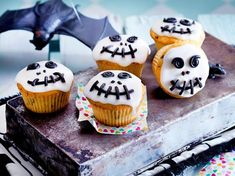 Halloween muffins - sweet recipes to scare you DELICIOUS- Halloween-Muffins – süße Rezepte zum Gruseln Buffet Halloween, Dessert Halloween, Halloween Food For Party, Easy Halloween, Halloween Treats, Halloween Costumes, Postres Halloween, Dulces Halloween, Muffins Halloween