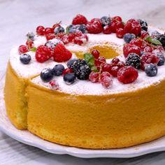 Chiffon Cake - La CHIFFON CAKE è una torta alta e soffice dal gusto delicato: preparata senza burro è un dolce p - Yummy Snacks, Delicious Desserts, Yummy Food, Tasty, Chiffon Cake, Chiffon Recipe, Cookie Recipes, Dessert Recipes, Savoury Cake