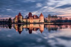 The Most Wonderful Castles From Around The World---- Trakai Island Castle, Lithuania. Beautiful Castles, Beautiful World, Beautiful Places, Beautiful Pictures, Travel Around The World, Around The Worlds, Saint Michel, Beaux Villages, Lake Water