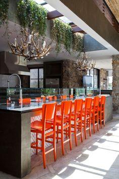 Wohnideen Küche eklektisch orange barhocker kronleuchter geweih