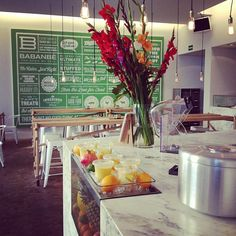 Clean looking grab and go, clean looking fruit display, clean looking chalk board.although it doesn't seem to have any worthy info Cafe Bar, Cafe Restaurant, Restaurant Design, Deli Shop, Coffee Shop Menu, Indoor Places, Modern Cafe, Vietnamese Restaurant, Counter Design