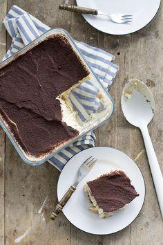 Tiramisu basisrecept. Het lekkere Italiaanse dessert is goed geschikt om te thuis te maken, ideaal als er een grotere groep komt eten.