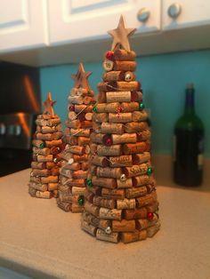 Cork Christmas Trees, Homemade Christmas Tree, Wooden Christmas Tree Decorations, Christmas Crafts, Wine Cork Ornaments, Wine Cork Crafts, Christmas Projects, Holiday Crafts, Deco Table