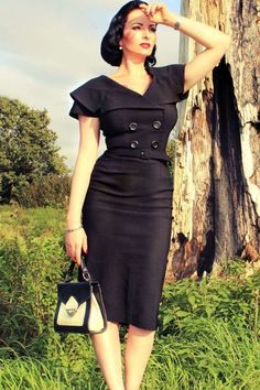 robe noire élégante inspirée par le style des années 50 avec détail boutons et ceinture