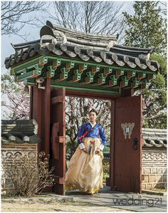 girl in korean gate Korean Traditional Dress, Traditional House, Traditional Outfits, Traditional Fashion, South Korea Travel, South Korea Seoul, Korean Hanbok, Korean Dress, Asian Architecture