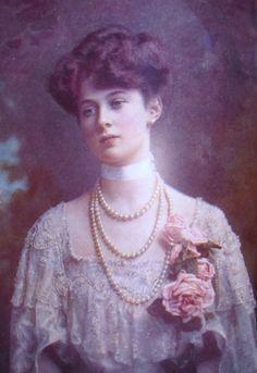U.K. Baroness de Forest, 1907  // by Lafayette