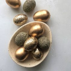 Matt Glitter Gold Easter Egg Decorations - Bag of 10 Add a touch of sparkle to your Easter celebrations with these fabulous and versatile Easter Decorations. Whether you choose to hang them on your Easter Tree or pop them in a cute basket, the Egg Crafts, Easter Crafts, Gold Easter Eggs, Easter Subday, Easter Tree Decorations, Room Decorations, Easter Decor, Easter Celebration, Egg Decorating