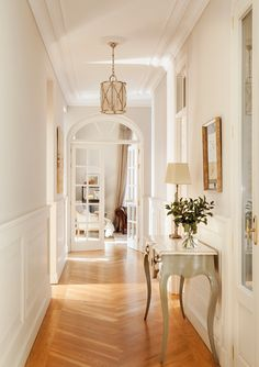 Warm classics beautiful apartment in Madrid interior design Home decor Idea inspiration cozy room style light color hallway french chevron floor Classic Home Decor, Classic Interior, Classic House, Interior Design Minimalist, Home Interior Design, Interior Rugs, Kitchen Interior, Living Room Interior, Design Kitchen