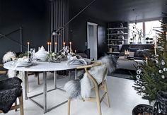 Selv om man holder af farven grå og andre mørke toner, så behøver julen ikke at være kedelig. Kom inden for i Martin Graaes moderne julehjem her.