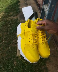 Image of Sun Yellow Huaraches ⛅ Yellow Shoes Outfit, Sneakers Outfit Summer, Yellow Clothes, Yellow Sneakers, Yellow Nikes, Girls Sneakers, Best Sneakers, Sneakers Fashion, Yellow Outfits