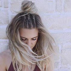 Idée coiffure cheveux long coiffure bohème chic trois tresses et bun