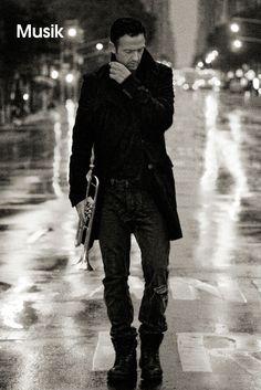 Till Brönner  •  Er ist Deutschlands prominentester und erfolgreichster Jazz-Musiker, sein markantes Gesicht ist eine mediale Ikone, die auch kennt, wer noch nie einen Ton aus seiner Trompete gehört hat. Und doch polarisiert Till Brönner wie kaum ein zweiter seiner Zunft in Deutschland. Von den einen vergöttert, von den anderen gehasst, ist zwischen den beiden Lagern wenig Platz für einen sachlichen Umgang...  Video ansehen: http://www.imagesportal.com/featured-videos/36.php